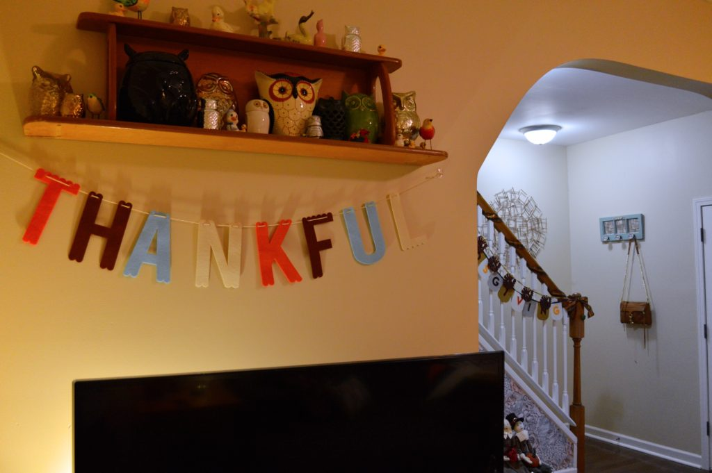 thanksgiving-decor-ideas-friendsgiving-table-and-wall-decorations-from-oh-julia-ann-1
