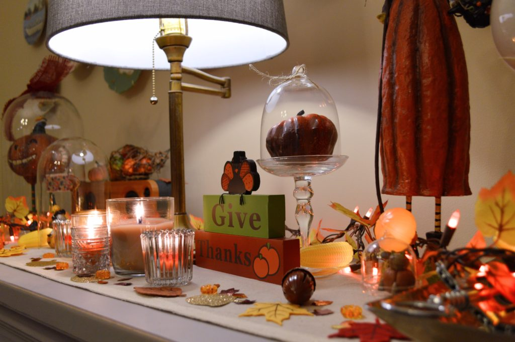 thanksgiving-decor-ideas-friendsgiving-table-and-wall-decorations-from-oh-julia-ann-10