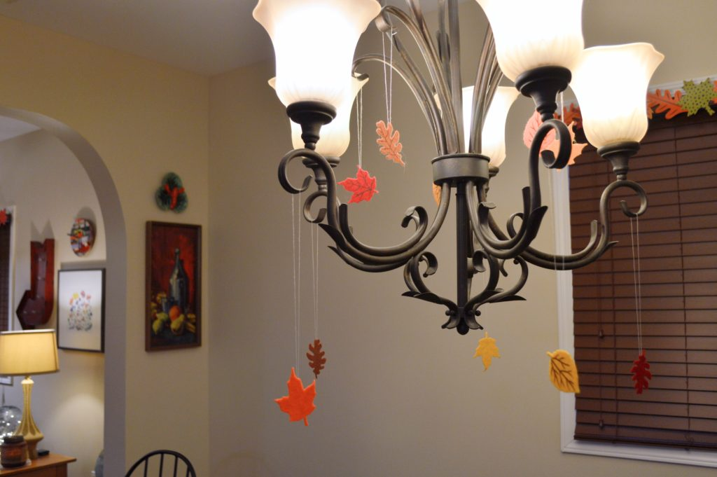 thanksgiving-decor-ideas-friendsgiving-table-and-wall-decorations-from-oh-julia-ann-7