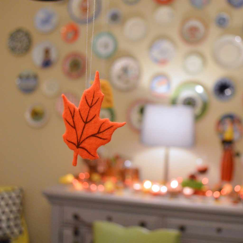 thanksgiving-decor-ideas-friendsgiving-table-and-wall-decorations-from-oh-julia-ann-8